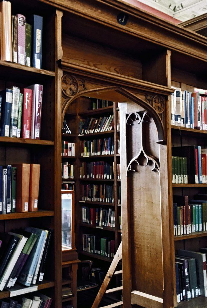 Een stoffige pagina uit een oud boek (university of Cambridge)